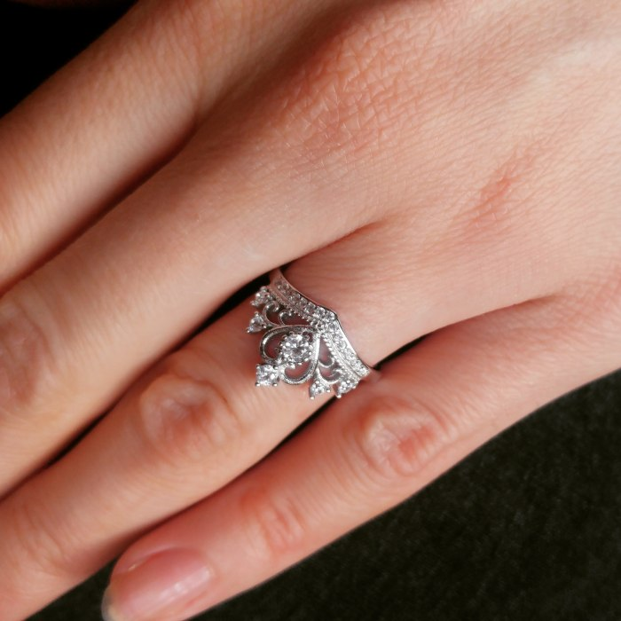 Srebrny pierścionek duża korona